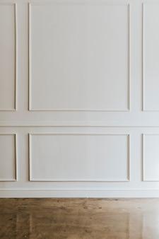 Pared blanca con piso de mármol marrón