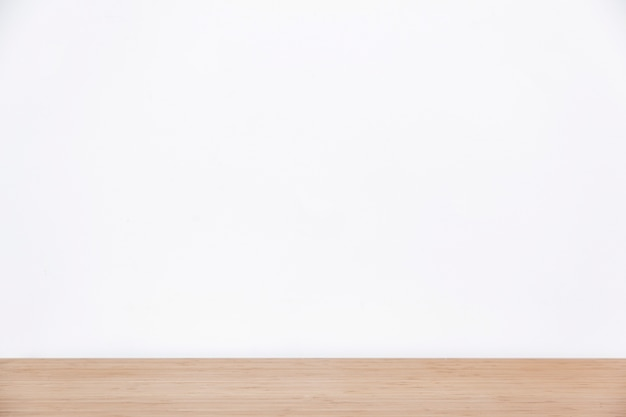 Pared blanca vacía y superficie de madera