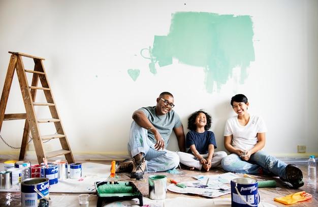 Pared de la casa de pintura negra de la familia