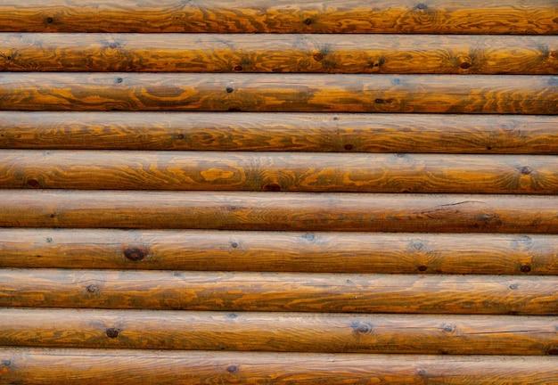 Pared de una casa de troncos con textura y nudos de madera exterior