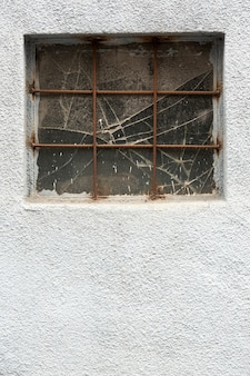 Pared de cemento con ventana vintage