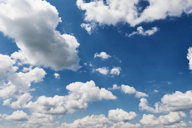 Pared de cielo azul con nubes en un día de verano