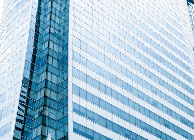Pared de cristal moderna del edificio de oficinas