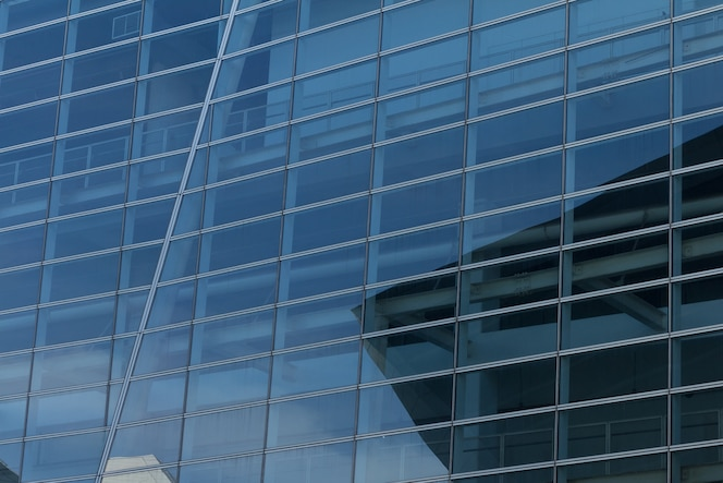 Pared de cristal del edificio de oficinas
