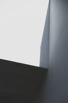 Pared del edificio urbano en sombra