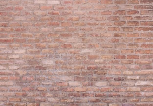 Pared exterior con ladrillos erosionados
