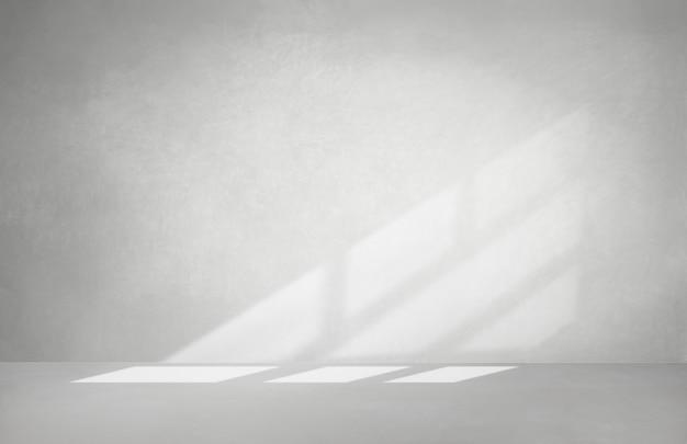 Pared gris en una habitación vacía con piso de concreto