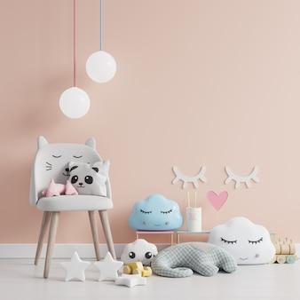 Pared en la habitación de los niños con silla en la pared de color crema claro, representación 3d