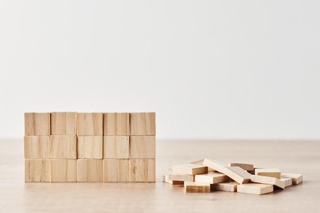 Pared hecha de bloques de madera en la pared blanca. concepto de tarea final