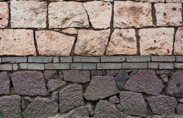 Pared hecha de ladrillos y de piedras