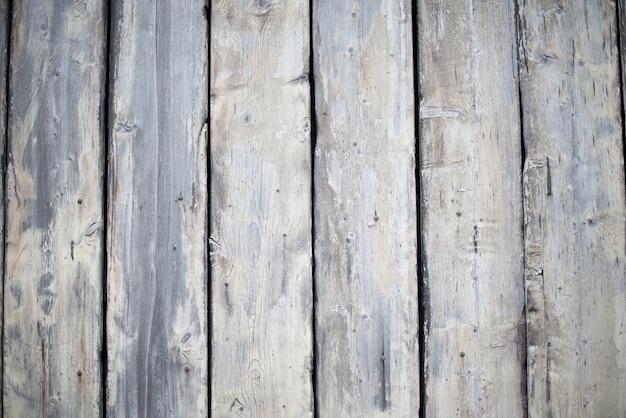 Pared hecha de tablones verticales de madera.