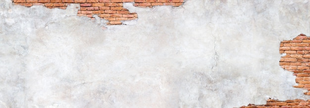 Pared de ladrillo antiguo bajo yeso dañado