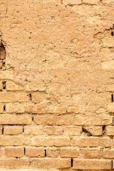 Pared de ladrillo con hormigón y superficie envejecida.