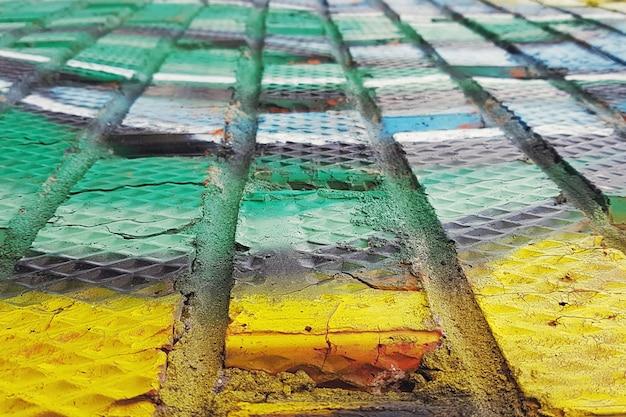 Pared de ladrillo pintada en colores.