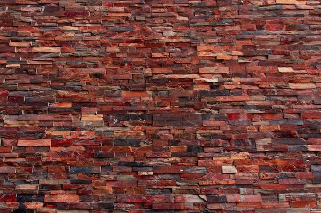 Pared de ladrillos de diferentes texturas, formas y colores. fondo.