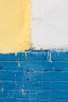 Pared con ladrillos pintados y hormigón.