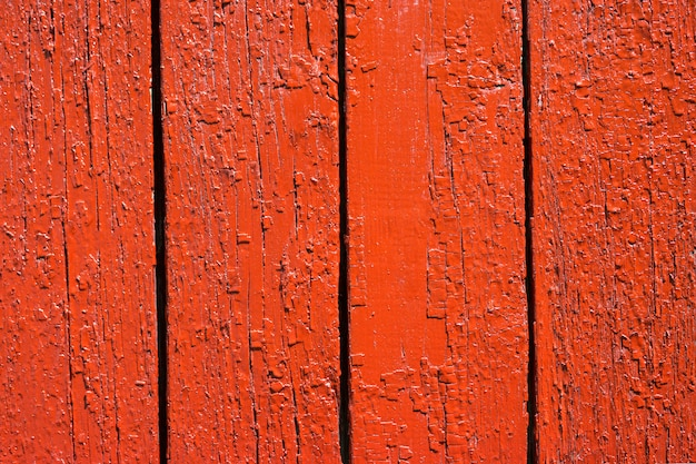 Pared de madera pintada en color rojo brillante.