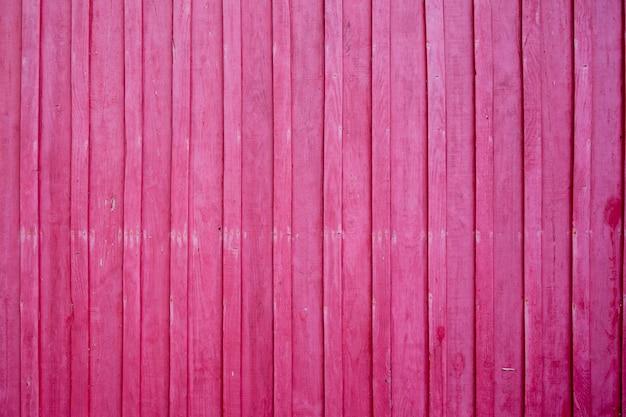 Pared de madera pintada en color rosa brillante