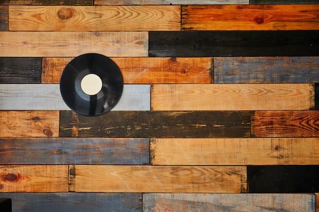 Pared de madera vintage. fondo de la vieja pared de madera vintage y ventana. resumen patrón de pared de madera de color rojo anaranjado. imagen de fotograma completo llena