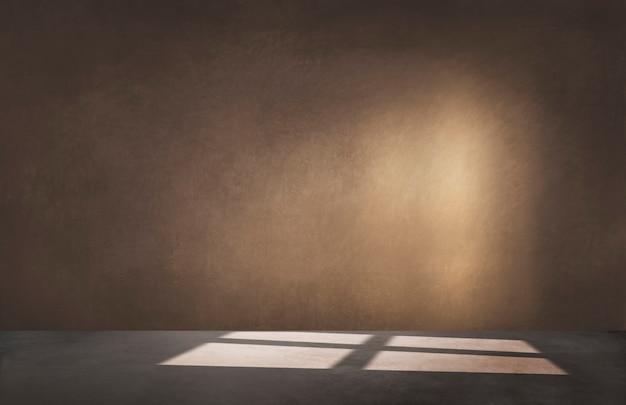 Pared marrón en una habitación vacía con piso de concreto