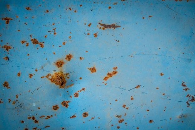 Pared de metal pintado azul oxidado. fondo de metal oxidado