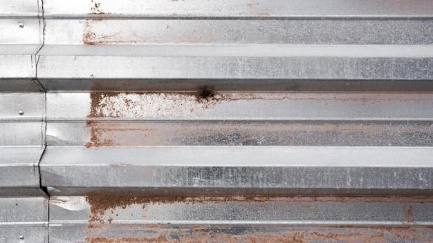 Pared metálica plateada oxidada