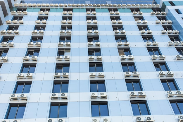 Pared con muchos acondicionadores de aire, el exterior de un edificio