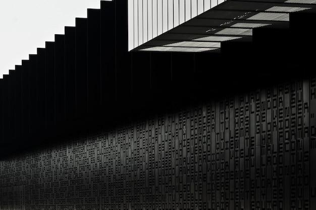 Pared negra de un estadio de fútbol con letras y palabras y una nueva arquitectura moderna en el norte de españa