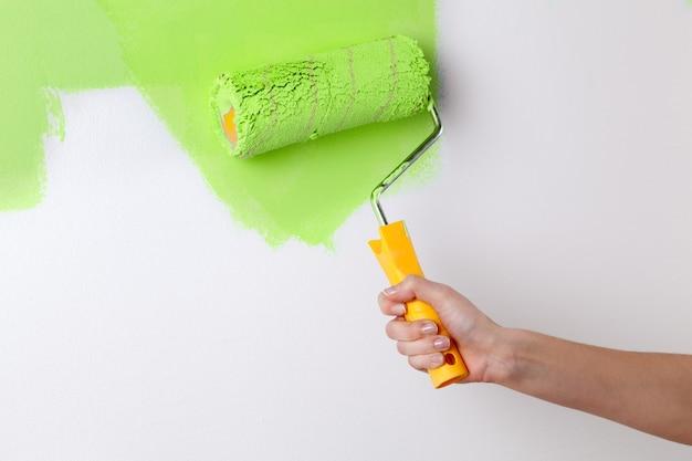Pared pintada a mano en color verde