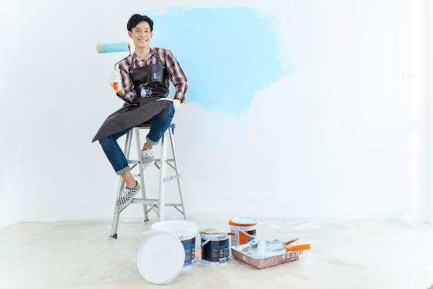 Pared de pintura de hombre asiático en casa