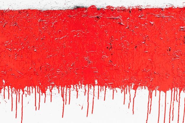 Pared con pintura roja roja corroída