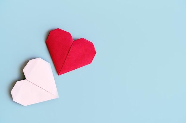 Pared romántica con corazones hecha según el principio del papel de origami.