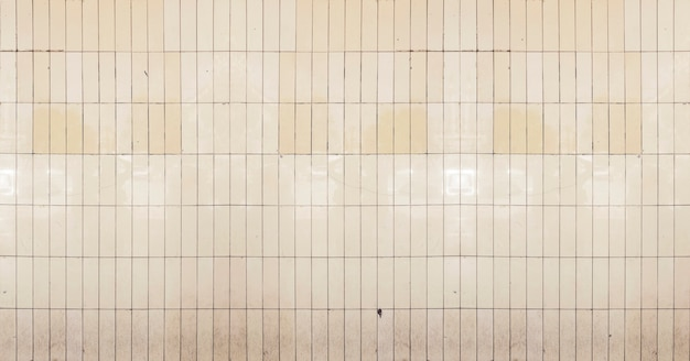 Pared subterránea hecha de azulejos antiguos