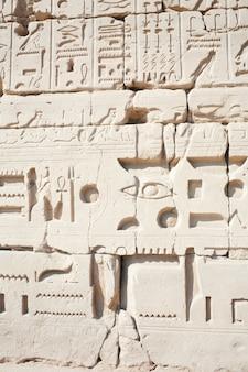 Pared en el templo de karnak en luxor, egipto