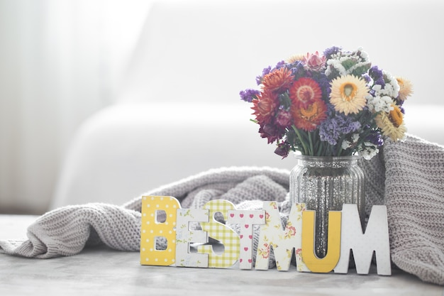 Pared de vacaciones del día de la madre, con flores y letras.