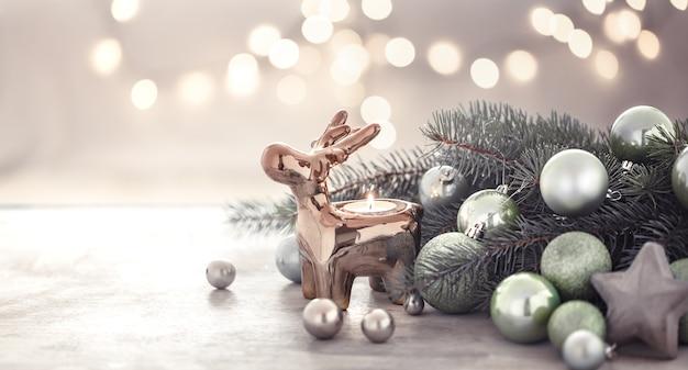 Pared de vacaciones de navidad con candelabro, árbol de navidad y juguetes de árbol de navidad.