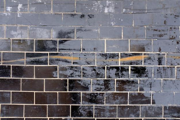 Pared con viejos azulejos negros brillantes. foto de alta calidad