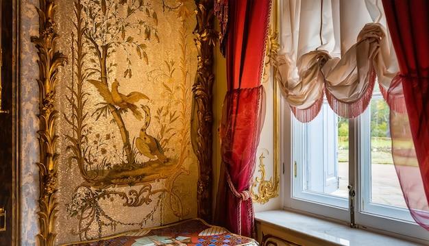 La pared de la vitrina en el palacio chino oranienbaum san petersburgo