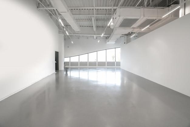 Paredes blancas y pisos de cemento gris en el espacio interior.