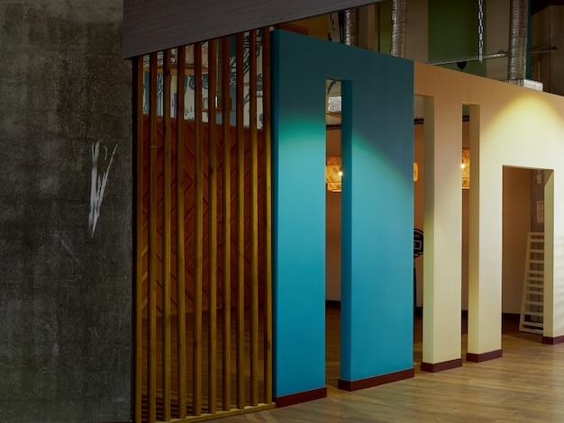 Paredes de diseño moderno, fachada, tabique en el interior, blanco-azul, madera.