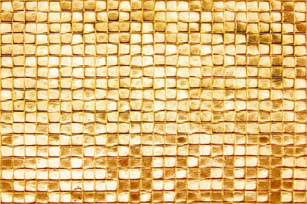Las paredes están decoradas con azulejos dorados, textura de fondo