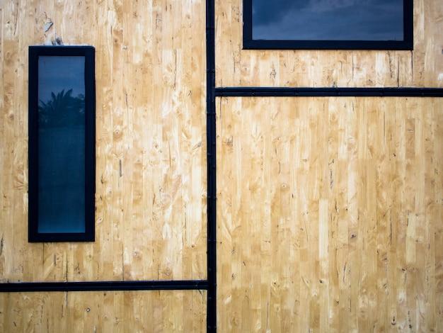 Las paredes están hechas de paneles de madera de desecho.