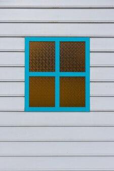 Paredes de madera blancas con ventanas azules para el fondo