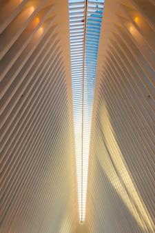 Paredes a rayas y techo de edificio moderno.