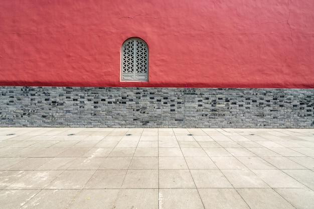 Las paredes rojas y las ventanas del templo.