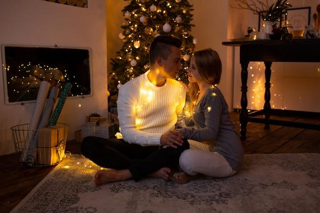 Pareja abrazándose en casa en navidad