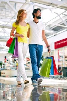 Pareja adicta a las compras