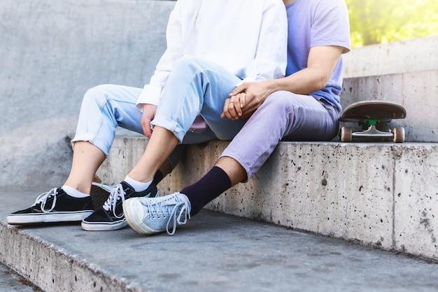 La pareja de adolescentes en un skatepark durante su cita