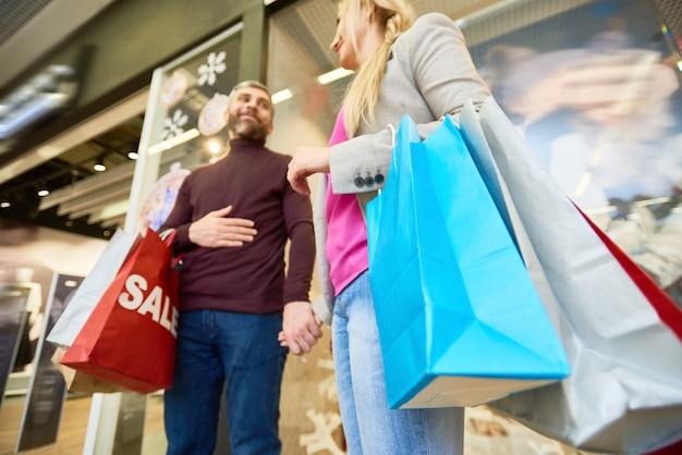 Pareja adulta disfrutando de compras