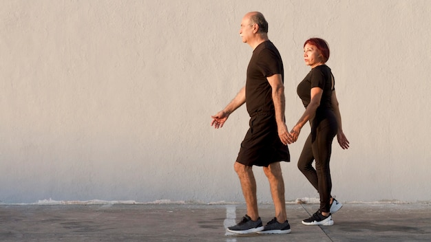 Pareja adulta haciendo deporte y caminando